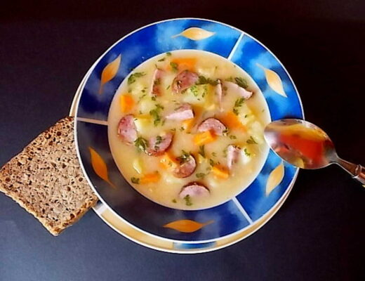 talerz z grochówką z ziemniakami wędliną i warzywami - grochówka przepis