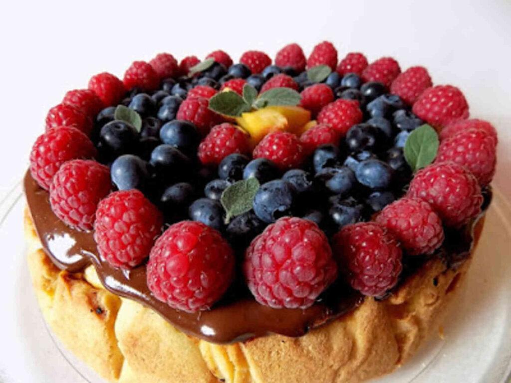 Sernik z wiaderka z owocami