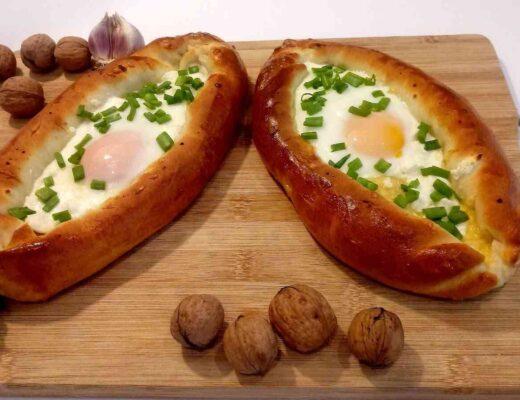 drożdżowe chlebki pieczone z serem i zapiekane z jajkiem na miękko - gruzińskie chaczapuri