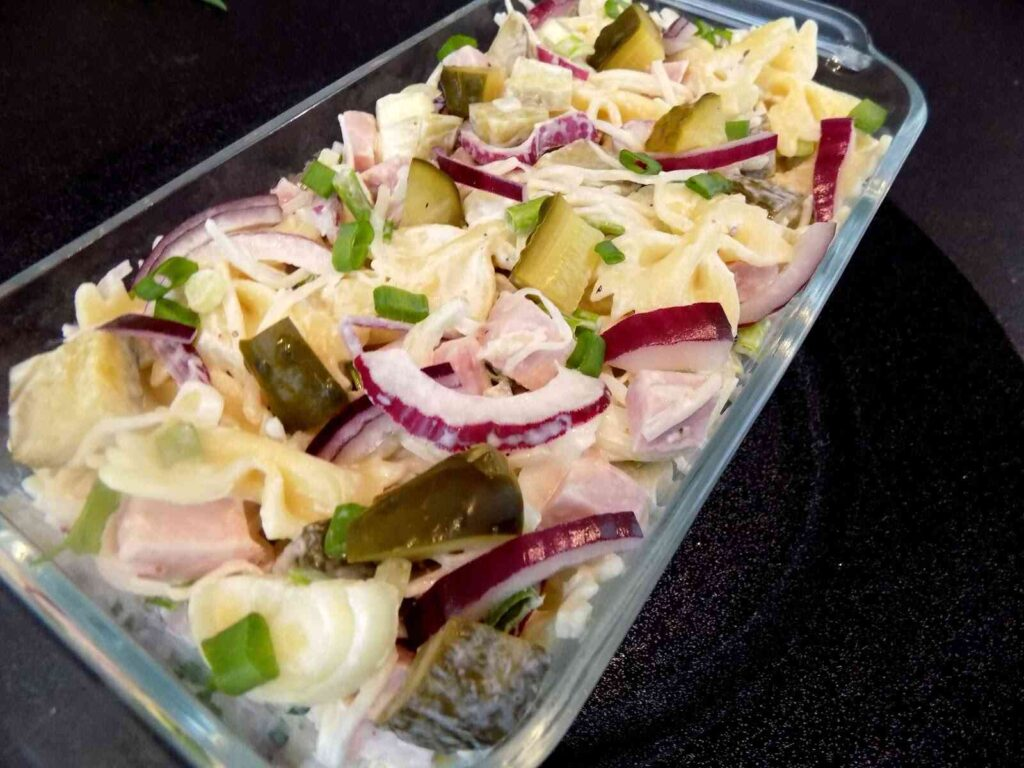 półmisek z sałatką z szynki, cebuli, makaronu i majonezu - sałatka w 15 minut