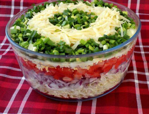 Sałatka warstwowa z kapustą pekińską jajkami pomidorem i żółtym serem - sałatka warstwowa