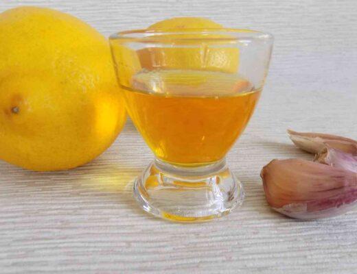 Kieliszek z nalewką ze spirytusu i czosnku - Nalewka z czosnku i spirytusu