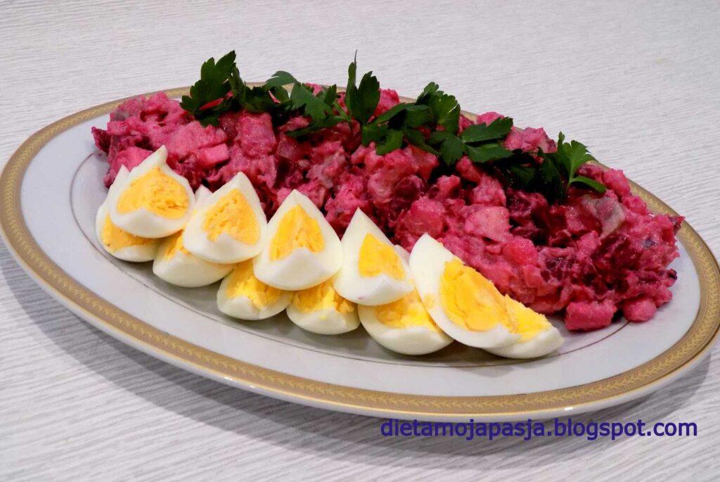 Półmisek z jajkami i sałatką śledziową z burakiem -Sałatka śledziowa z burakiem   Sałatka z burakiem i jajkiem