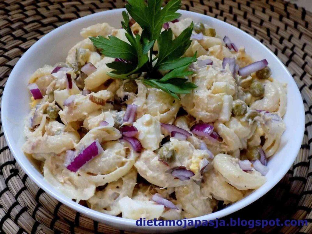 miska z sałatką z makaronem tuńczykiem jajkami i cebulą - sałatka z tuńczykiem i jajkiem