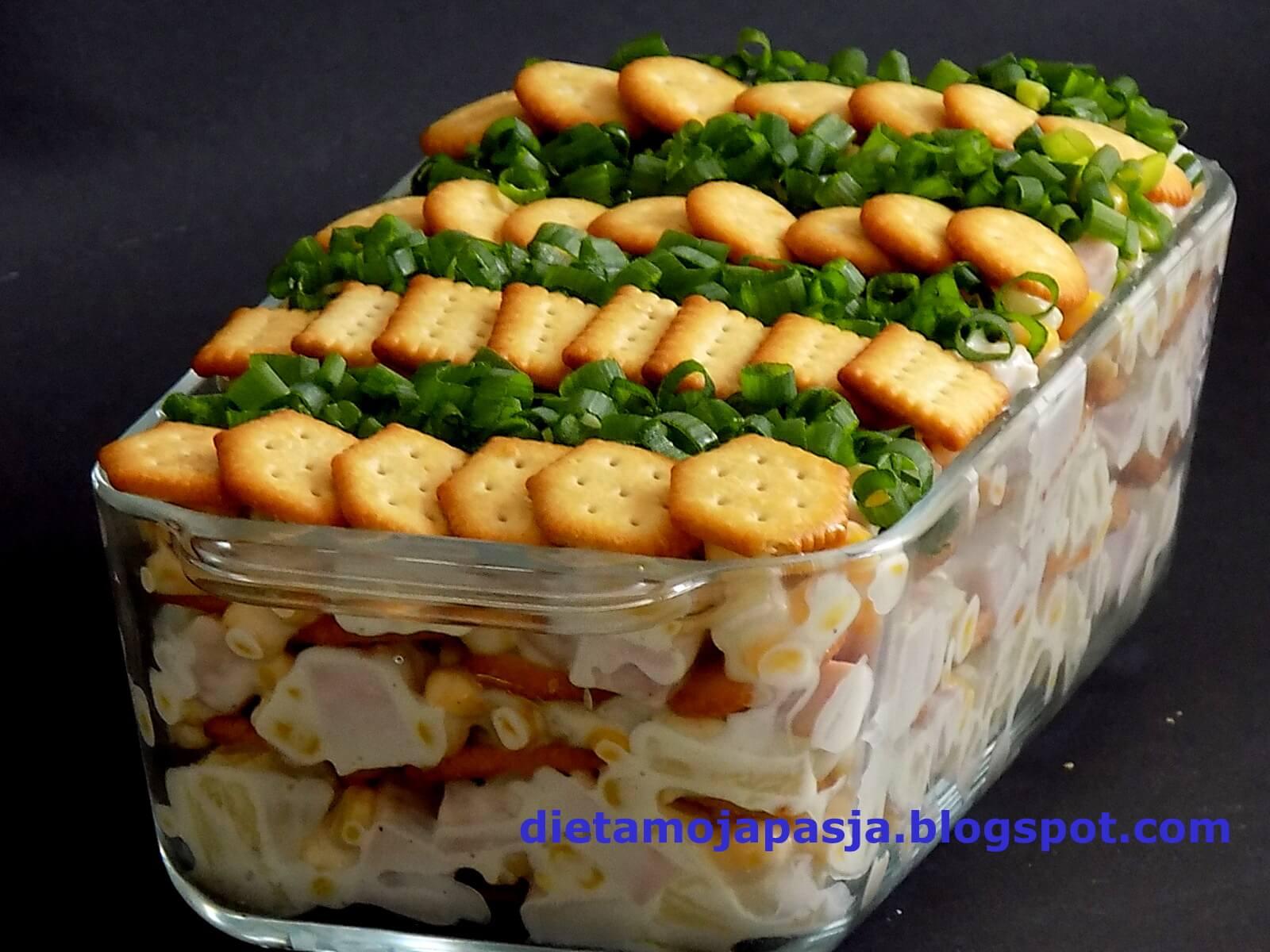 Sałatka sypana z krakersami i szynką