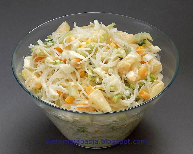 Sałatka z makaronem ryżowym i ananasem