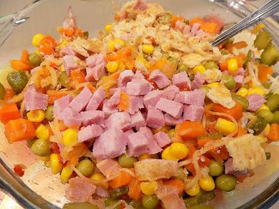Szybka sałatka z mieszanki warzywnej i szynki