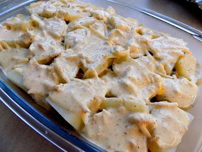 Zapiekanka ziemniaczana kiełbasą i cebulą