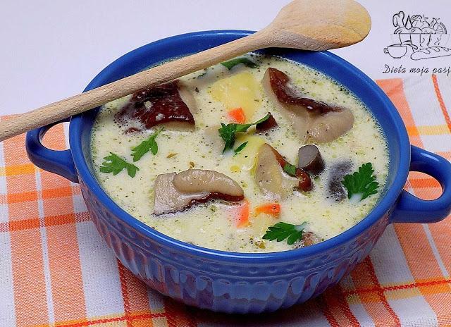 miska z zupą z mrożonych grzybów ziemniakami i śmietaną - zupa grzybowa przepis
