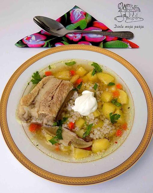 talerz z zupą z ziemniakami i kaszą jęczmienną na żeberkach -Przepis na krupnik