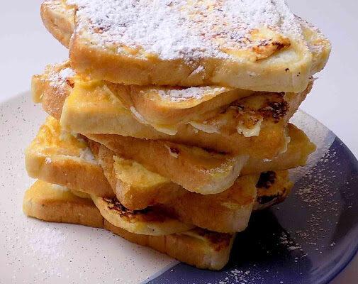 smażone tosty z serkiem waniliowym posypane cukrem pudrem - tosty z serkiem