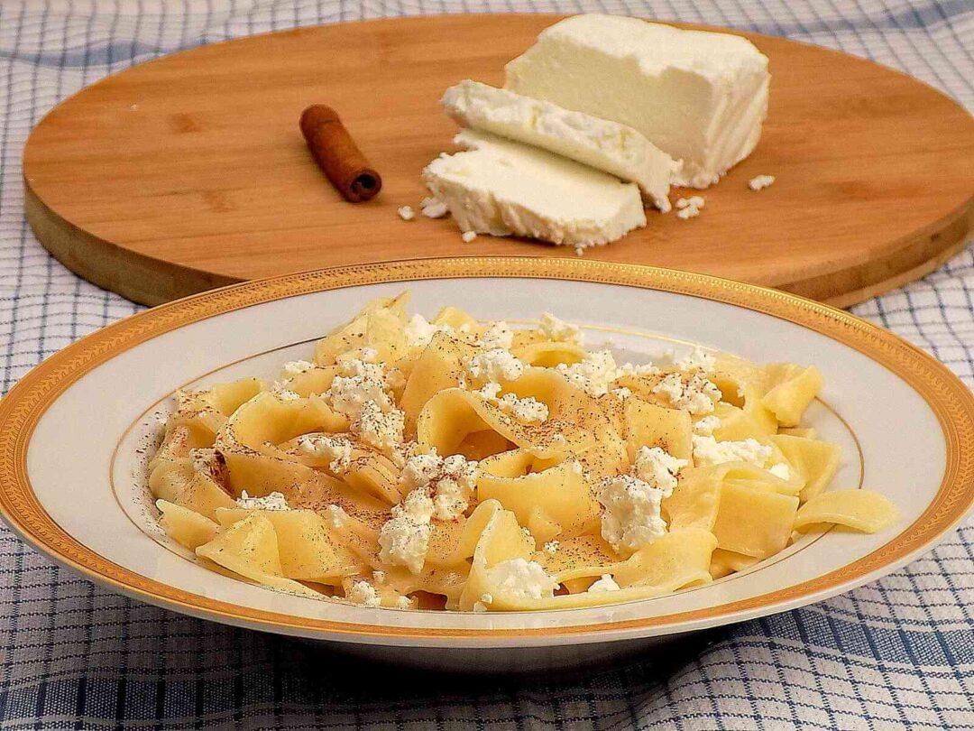 talerz z makaronem i białym serem na słodko - makaron z białym seremserem