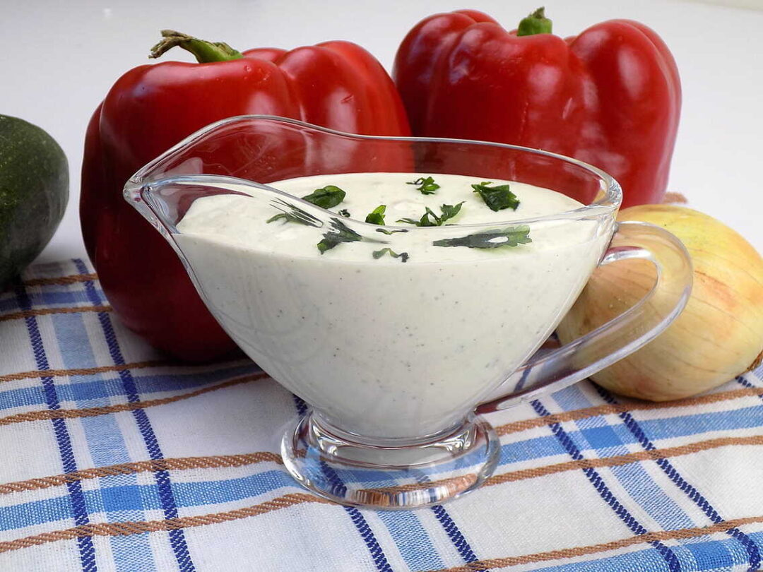 Biały sos z majonezu i maślanki z ziołami - sos ranczerski