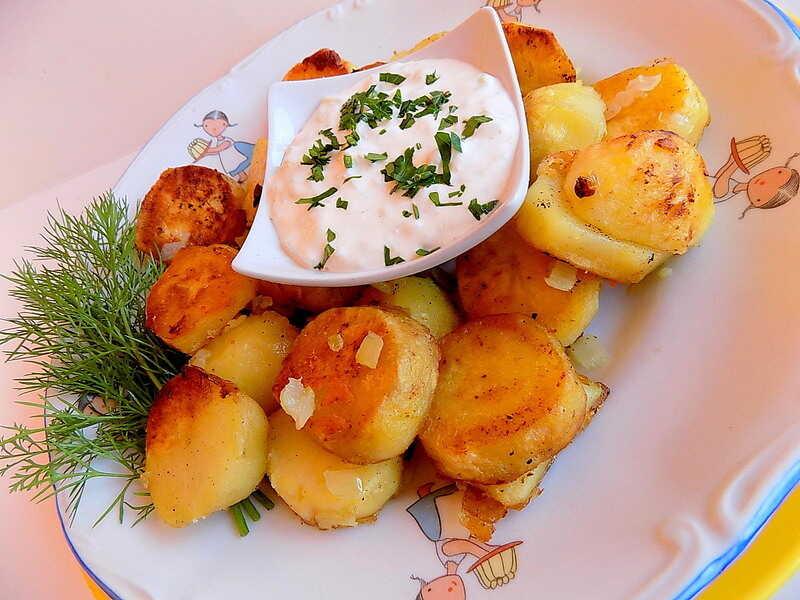 ziemniaki pokrojone w plasterki smażone z cebulą na patelni - Bratkartofle przepis