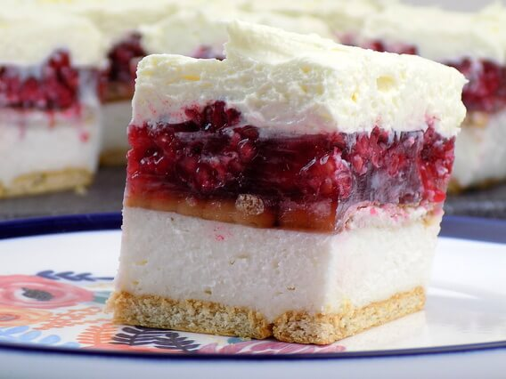 Ciasto warstwowe na herbatnikach, z malinami galaretką i bitą śmietaną - malinowa chmurka bez pieczenia