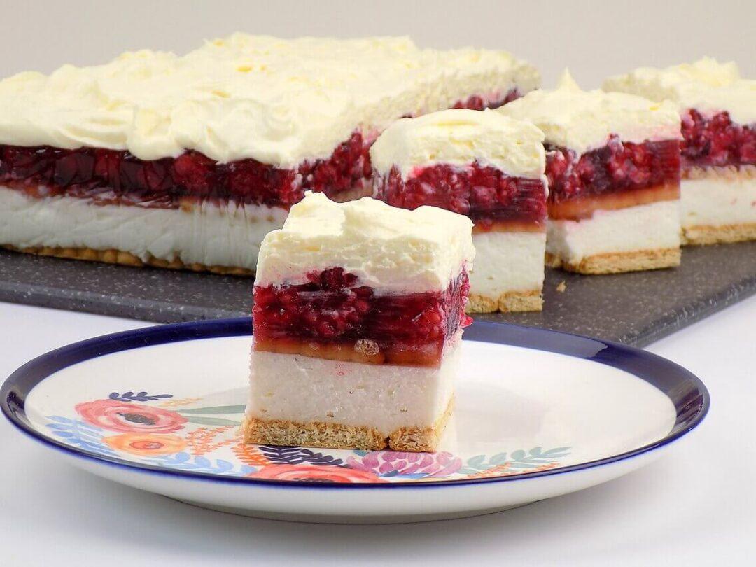 Ciasto warstwowe na herbatnikach, z malinami galaretką - malinowa chmurka bez pieczenia