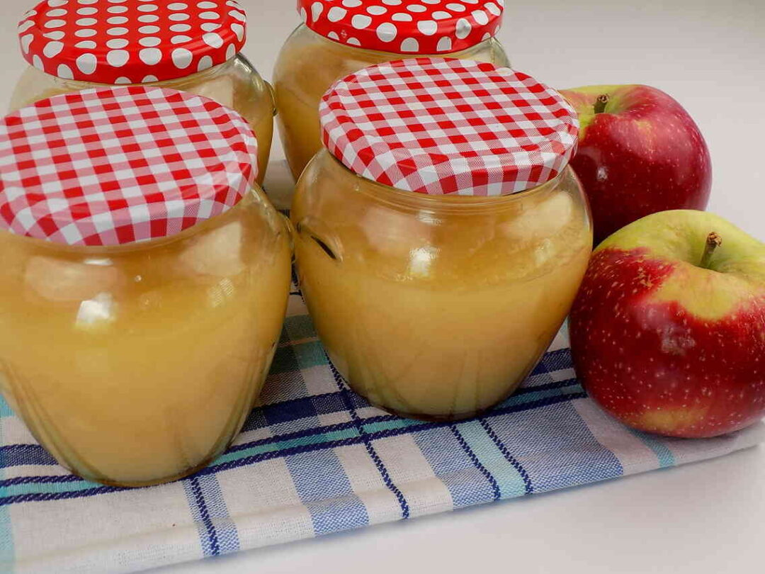 słoiki z dżemem z jabłek cukru i soku z cytryny - dżem z jabłek
