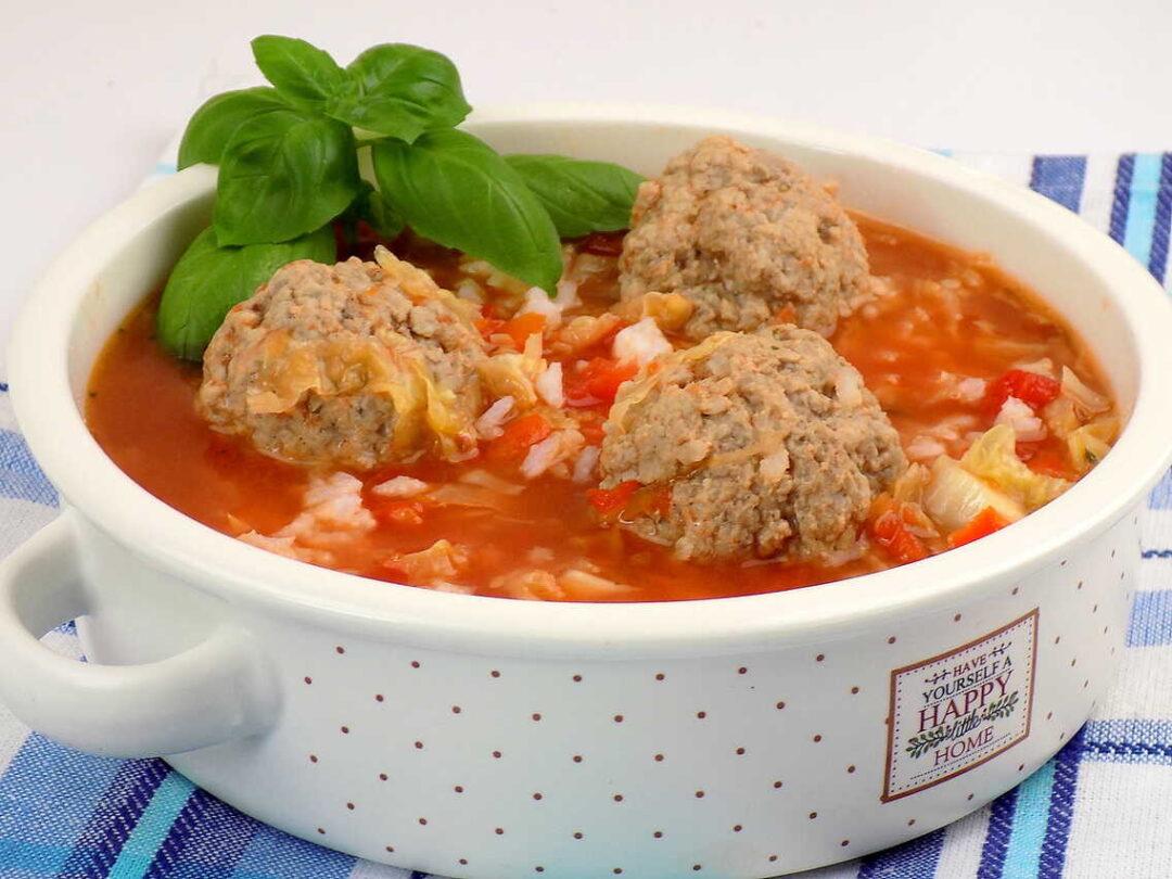 zupa z kapustą pomidorami ryżem i klopsikami - zupa gołąbkowa z pulpetami