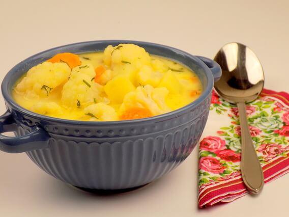 Zupa kalafiorowa z ziemniakami bez mięsa zabielana śmietaną - zupa kalafiorowa
