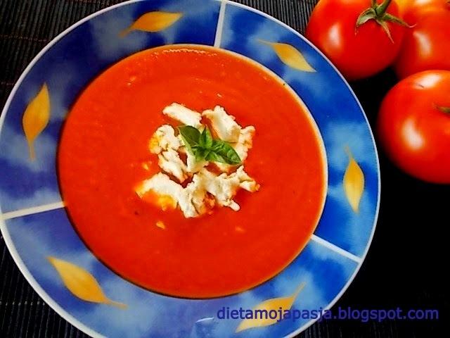 talerz z zupę krem z pomidorów pokruszona feta i listki bazylii - zupa krem z pomidorów
