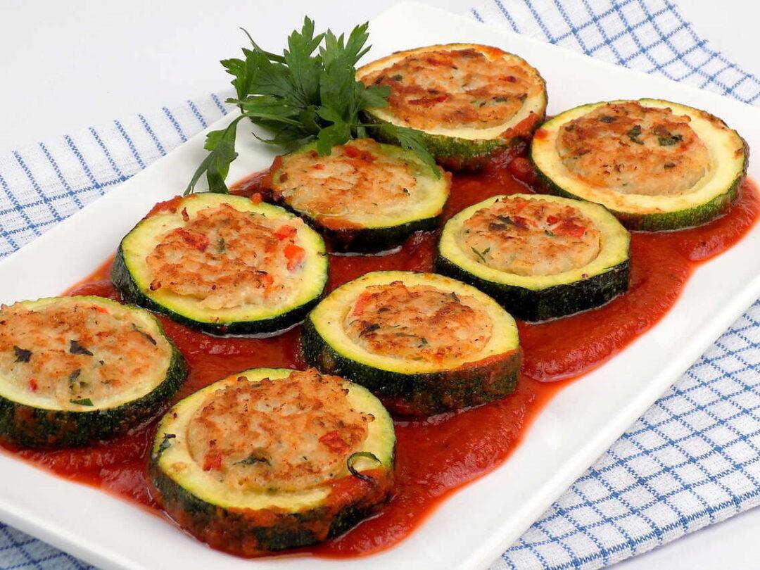 krążki cukinii nadziewane ryżem i mięsem mielonym podane z sosem pomidorowym - przepis cukinia