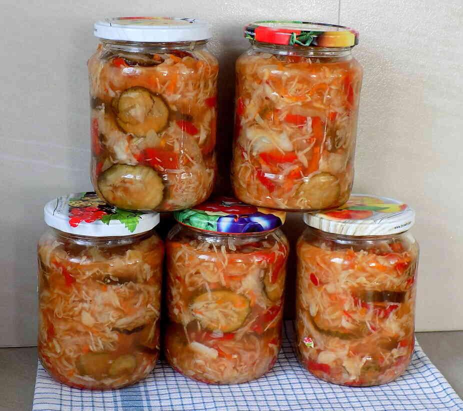 słoiki z sałatką z kapusty marchwi papryki i ogórków - Sałatka z kapusty i ogórków na zimę