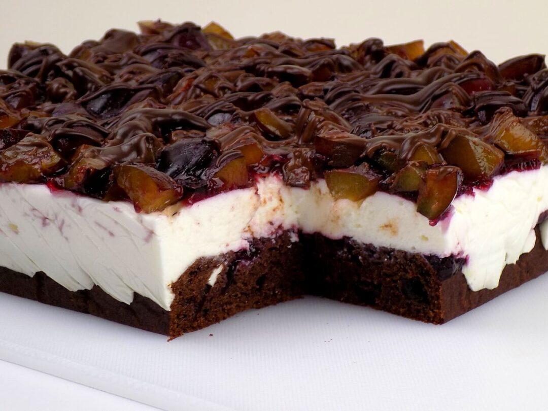 ciasto na oleju ze śliwkami z masę z serka mascarpone i czekoladą - ciasto na oleju ze śliwkami