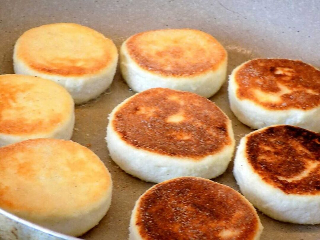placki z twarogu jajka mąki i cukru smażone na patelni - syrniki