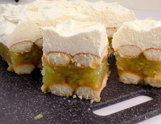 ciasto na biszkoptach z jabłkami i bitą śmietaną na wierzchu - szarlotka przepis