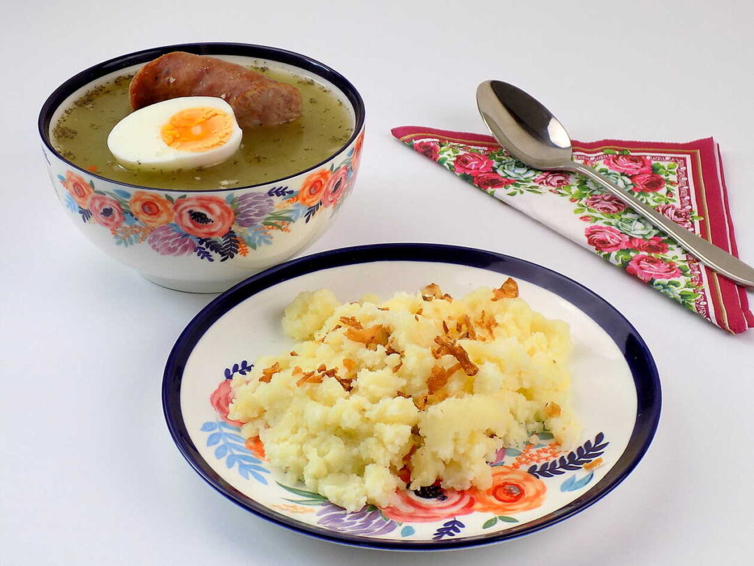żurek z jajkiem i kiełbasą podany z tłuczonymi ziemniakami - żurek z ziemniakami