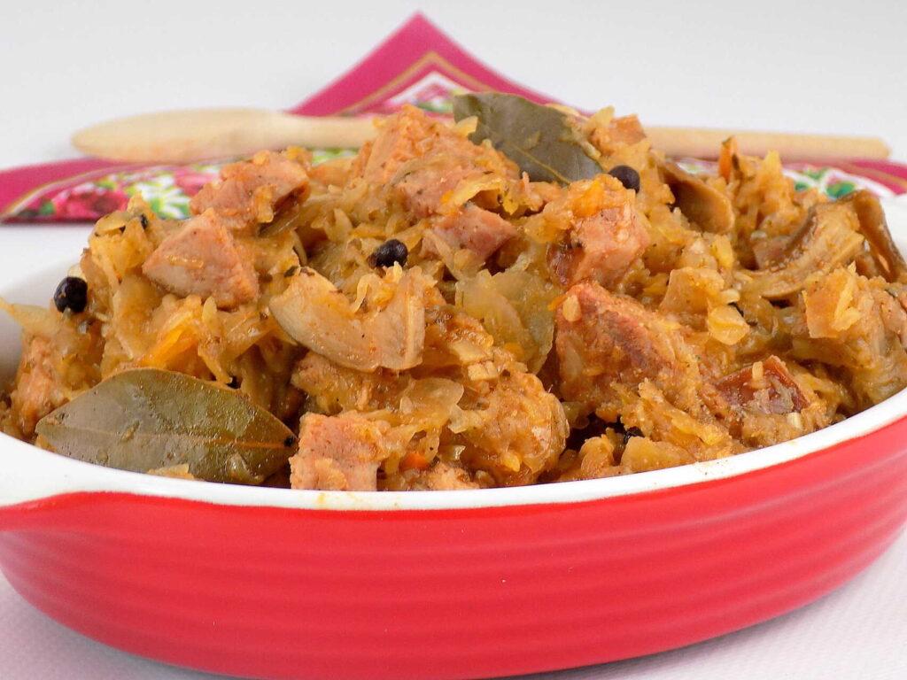miska z kapustą gotowaną z mięsem i przyprawami - Bigos z kapusty