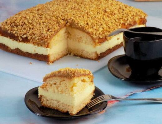 zdjęcie przedstawia ciasto jogurtowe z kajmakiem i orzechami strony dietamojapasja.com