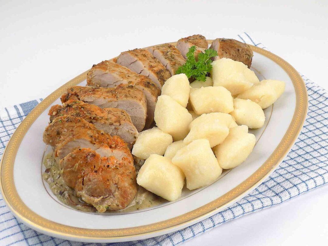 półmisek z kopytkami i duszoną w cebuli polędwiczką wieprzową - Polędwiczka wieprzowa duszona w cebuli