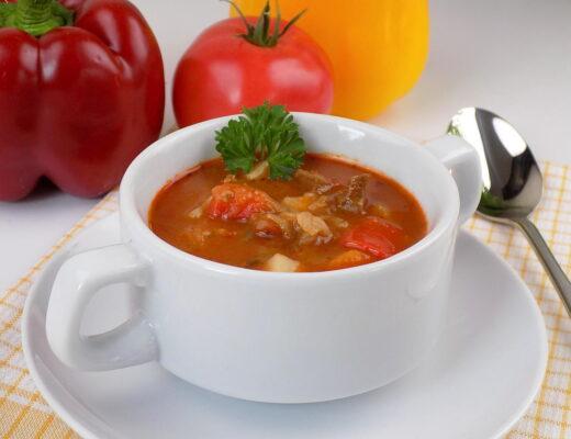 miska z zupą z gotowanej wołowiny papryki pomidorów i ziemniaków - zupa gulaszowa
