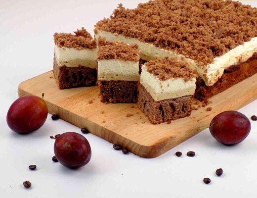 ciasto czekoladowe z dżemem i bitą śmietaną - Przepis na ciasto czekoladowe
