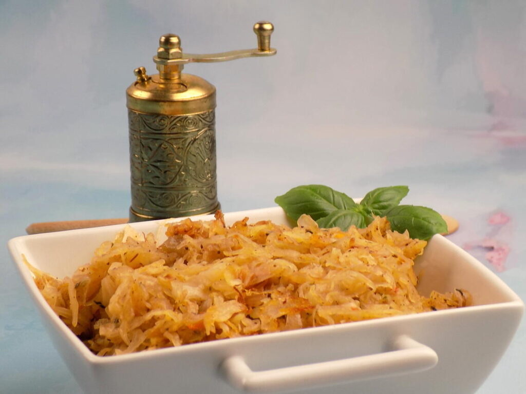 naczynie z kapustą kiszoną zasmażaną bez mięsa i mąki - Kapusta kiszona zasmażana