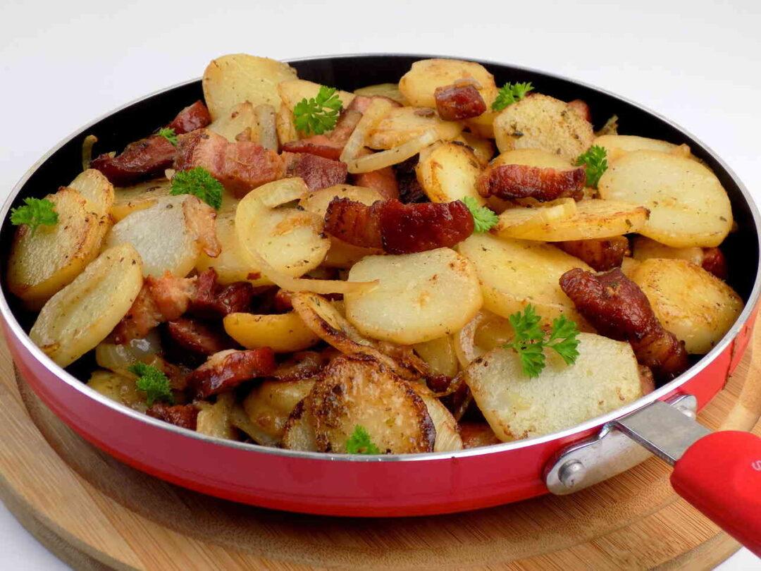 patelnia ze smażonymi ziemniakami z boczkiem i cebulą - Kraszanka ziemniaki z patelni