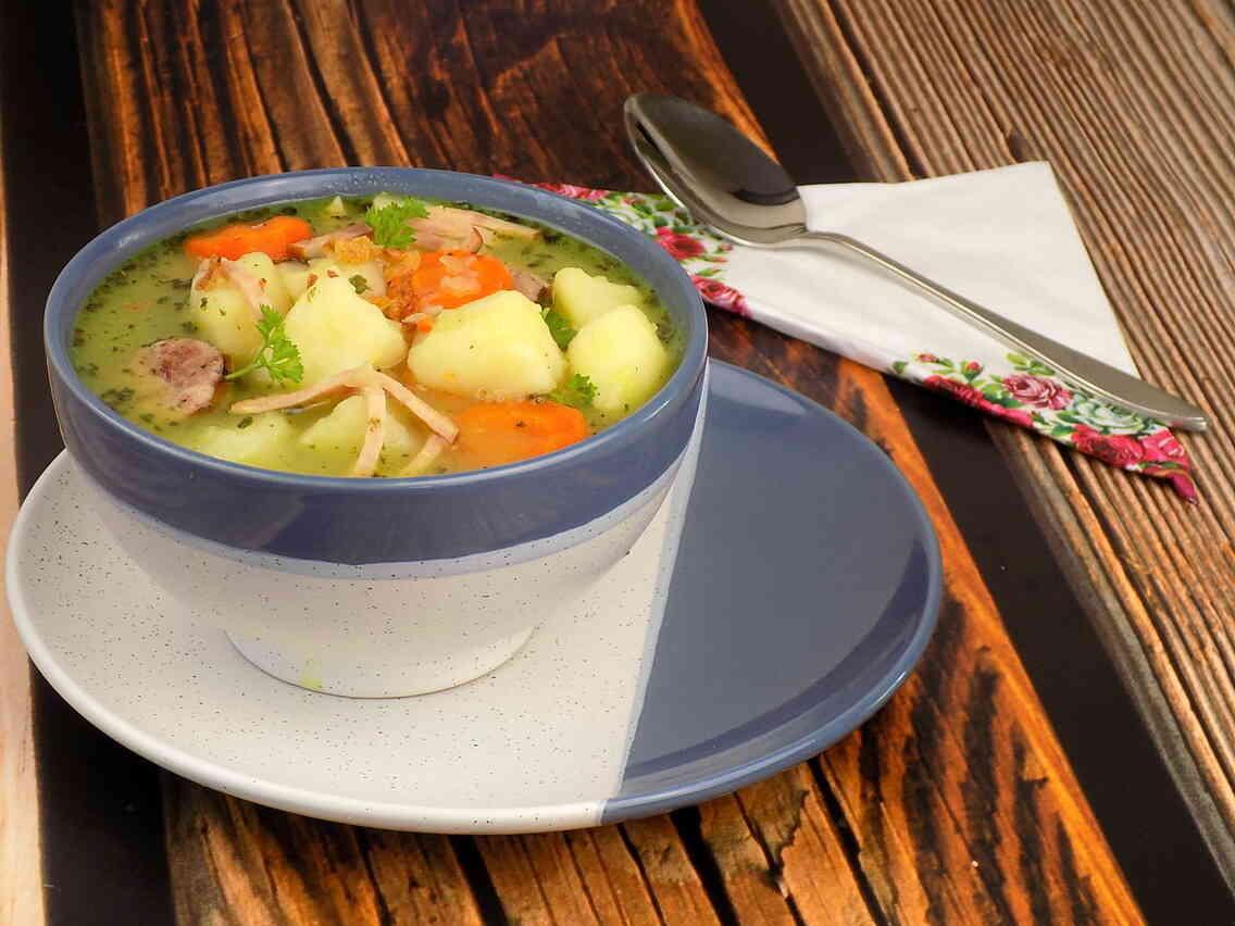 miska z zupą z gotowanych warzyw i ziemniaków z dodatkiem wędliny - Zupa kartoflanka