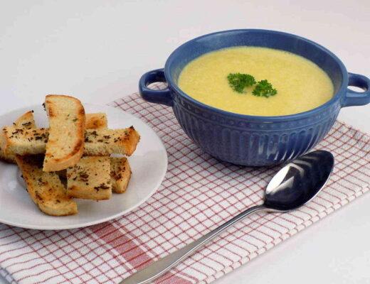 zupa krem z pora i mięsa mielonego podana z grzankami - zupa porowa krem